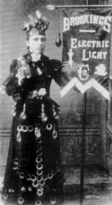 Pani E.E Gaylord prezentuje przedsiębiorstwo elektryczne na targach organizowanych przez Brooking Institute (1890)