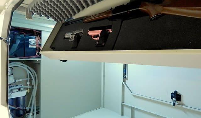 Przyczepa kampingowa - schowek na broń