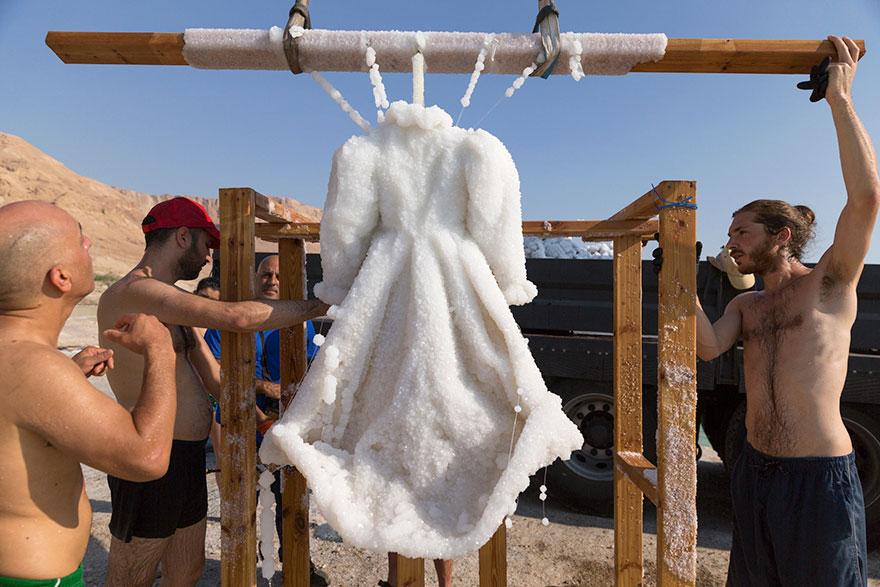 Słona Panna Młoda - sukienka w morzu martwym