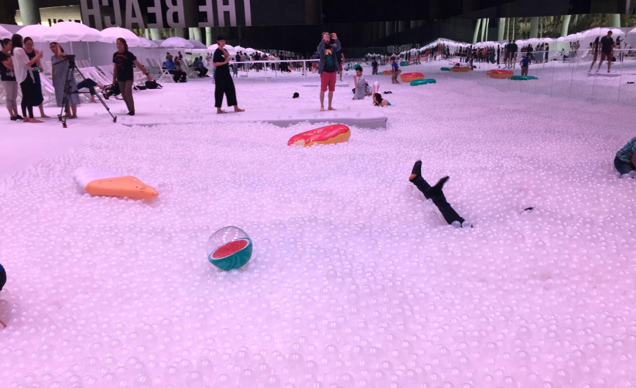 basen z plastikowymi piłkami
